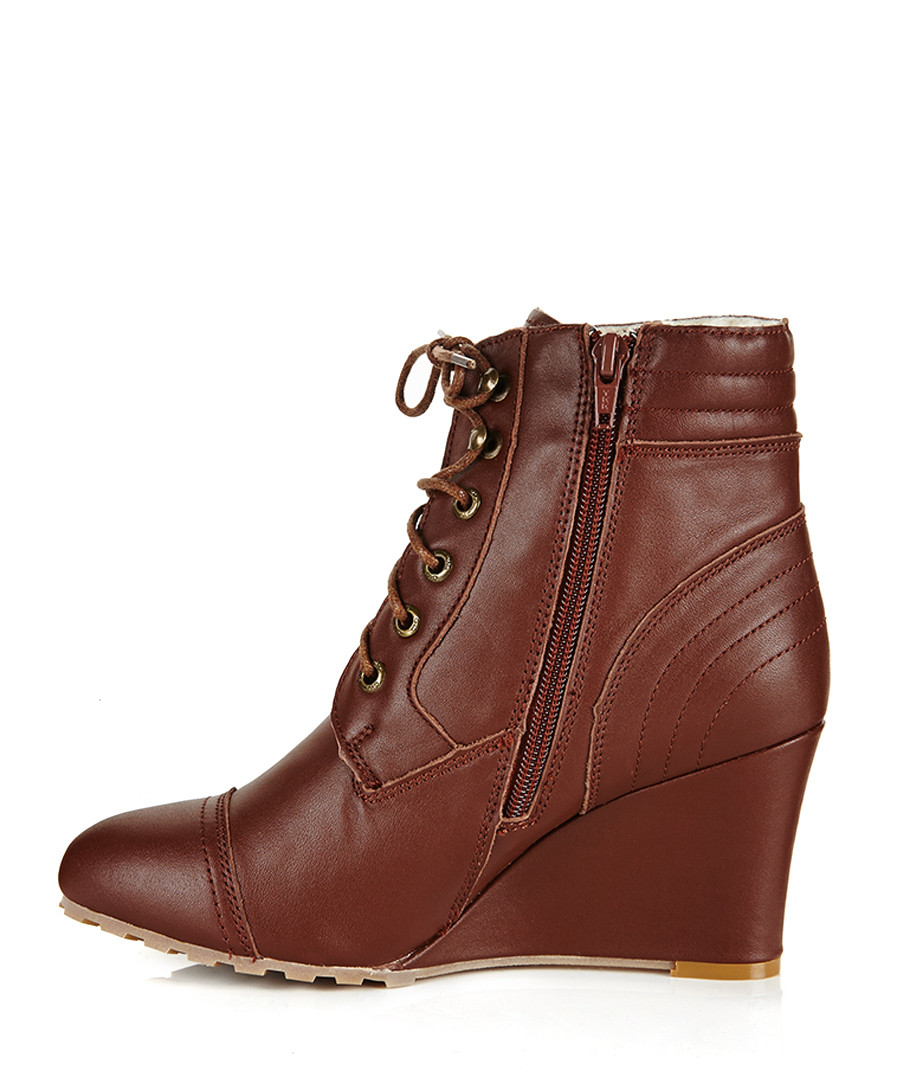 Ankle boots UK will definitely be right in there. It brings you an array of options both in casual boots and leather ankle boots. Among the casual boots, the canvas-styled high-ankle shoes are very popular. You now have the chance to avail of heavy discounts on all these options.